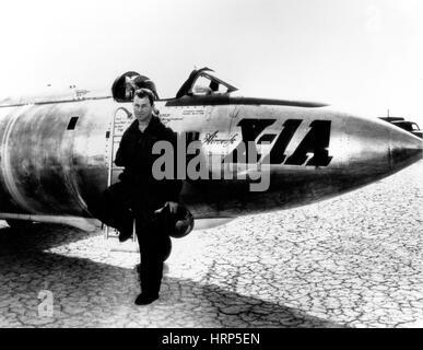 Chuck Yeager, USAF Officer e pilota di prova Foto Stock
