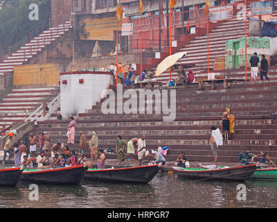 Pellegrini la balneazione in prima mattinata a Dasawamedh ghat sul fiume Gange a Varanasi (India). Fedeli indù travel Foto Stock