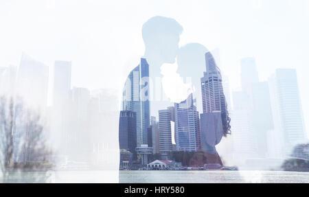 Amore in una grande città, giovane silhouette doppia esposizione sfondo, l uomo e la donna il concetto di relazioni Foto Stock