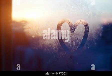 Valentines Day card, amore e gentilezza concetto, cuore dipinta su congelate di finestra in vetro Foto Stock