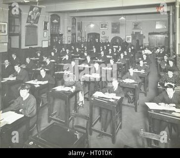 Classe di esame per studenti maschi e femmine, Strada della Regina sera Institute, Londra, 1908. Artista: sconosciuto. Foto Stock