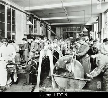 Munizioni femmina lavoratori, Shoreditch Istituto Tecnico, Londra, 1915. Artista: sconosciuto. Foto Stock