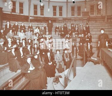 Gli uomini e le donne di frequentare una classe di letteratura, Hackney Downs Scuola Secondaria, Londra, 1908. Artista: Foto Stock