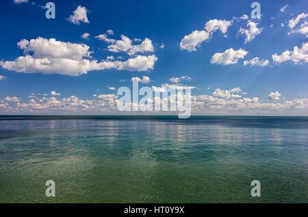 Giornata sorprendente calma vista mare con nuvole di riflessione