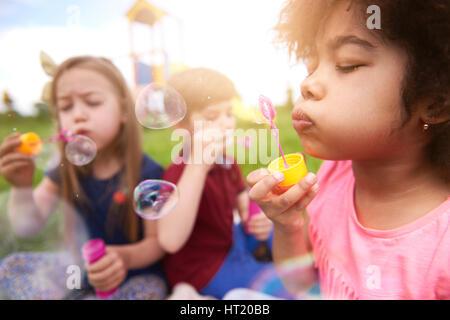 Soffiando le bolle con i miei amici