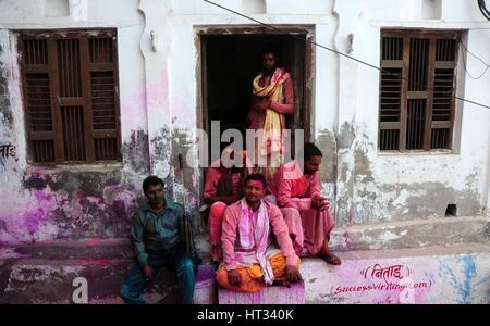 """Mathura, Uttar Pradesh, India. 7 Mar, 2017. Indiano devoto indù sedersi davanti alla loro casa durante l annuale Lathmar Holi festival nel villaggio di Nandgaon, Mathura, India, 07 marzo 2017. Holi è il Hindu festival di primavera di colori. In Barsana, persone celebrare una variazione di holi, chiamato 'Lathmar Holi', che significa 'battendo con bastoni"""". Durante la Lathmar Holi festival, le donne di Nandgaon, la città natale di dio indù Krishna, battere gli uomini di Barsana, il luogo di nascita di Radha, con dei bastoni di legno in risposta ai loro sforzi per gettare il colore su di essi. Credito: ZUMA Press, Inc./Alamy Live News"""