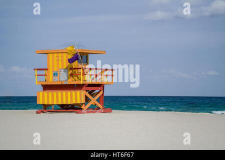 Art Deco stazioni bagnino punteggiano il paesaggio di Miami Beach, Florida, nella zona di South Beach su una soleggiata Foto Stock