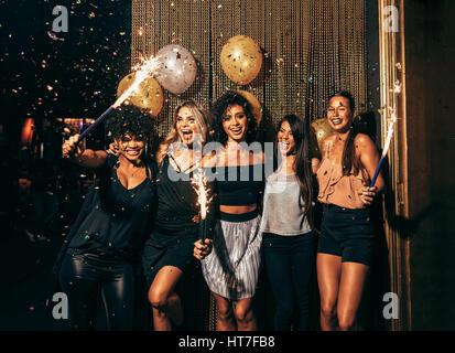 Colpo di un gruppo di giovani donne per celebrare il capodanno al pub. Il gruppo di amici di sesso femminile con Foto Stock