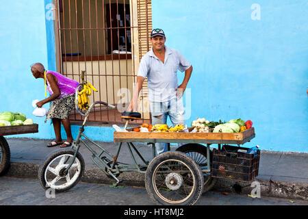 Camaguey, Cuba - 19 dicembre 2016: Alcune persone del posto di fronte alla Cattedrale e Iglesia de Nuestra Corazon Foto Stock