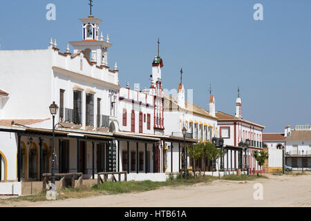 Le strade di sabbia e di fratellanza abitazioni, El Rocio, provincia di Huelva, Andalusia, Spagna, Europa