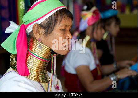 Myanmar (ex Birmanie). Lago Inle. Le donne lungo collo dei Karen gruppo etnico lavorando nella tessitura Foto Stock