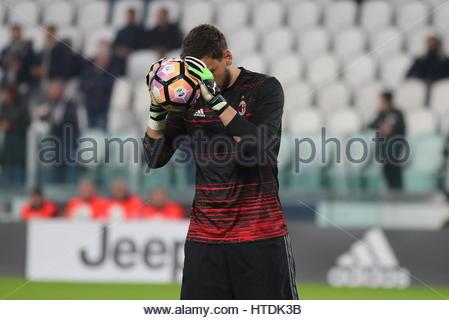 Gianluigi Donnarumma (Milan) prima della serie di una partita di calcio tra Juventus e AC Milan alla Juventus Stadium Foto Stock