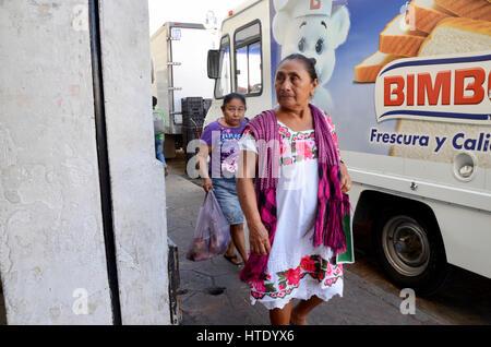 3269b15b73c6 ... La donna nel tradizionale abito Maya in Messico di Valladolid Foto Stock