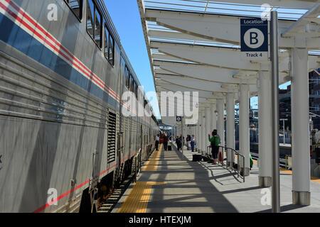 Westbound Amtrak California Zephyr prende servizio sui passeggeri alla stazione Union, Denver, Colorado, Stati Uniti Foto Stock