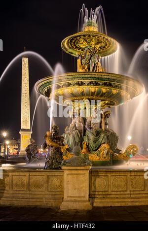 La fontana del fiume di commercio e di navigazione (Fontaine des Fleuves) e l'obelisco di notte. Place de la Concorde, Foto Stock