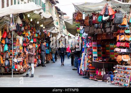 ... Borse in pelle e giacche al mercato di San Lorenzo a Firenze Italia  Foto Stock c2af9f02939