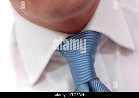 Close up della cravatta blu intorno all uomo il collo Foto Stock