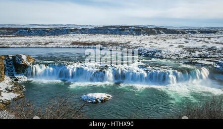 Un ampia cascata ghiacciata in Islanda in inverno Foto Stock
