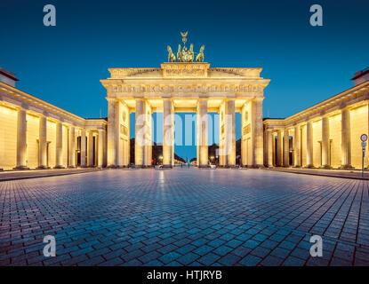 Vista panoramica del famoso Brandenburger Tor (Porta di Brandeburgo), uno dei più noti monumenti e simboli nazionali Foto Stock