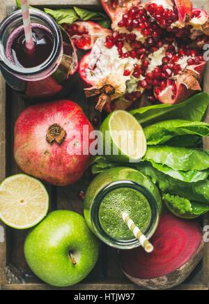 Close-up di verde e viola e freschi succhi di frutta con frutta e verdura Foto Stock