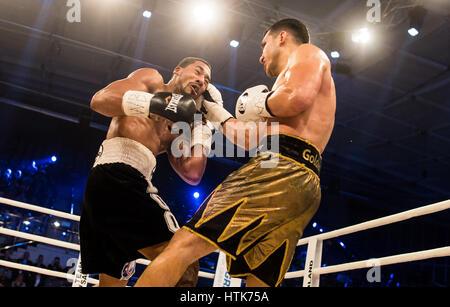 Ludwigshafen, Germania. Undicesimo Mar, 2017. Jack Culcay (Germania, r) e Demetrio Andrade (US) il mondo WBA metà Foto Stock