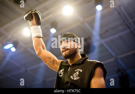 Ludwigshafen, Germania. Undicesimo Mar, 2017. Demetrius Andrade (US) entra nell'anello per la WBA mondo metà campionato Foto Stock