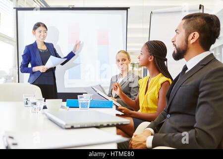 Imprenditrice dando consulting presentazione nel seminario di business Foto Stock