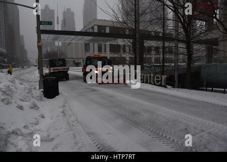 Il Lincoln Center Plaza, Manhattan, New York, Stati Uniti d'America. Il 14 marzo 2017. Potente tempesta di neve Foto Stock