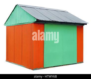 Il capannone rurale è fatta di ferro corrugato fogli e verniciati con colore arancione e la vernice verde. Nessun nome di produzione di massa concetto isolato Foto Stock