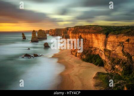 Tramonto su dodici Apostoli lungo la famosa Great Ocean Road in Victoria, Australia, vicino a Port Campbell. Lunga Foto Stock
