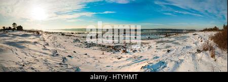 Panorama del fiordo congelato Kurefjorden in inverno, Rygge, Norvegia Foto Stock