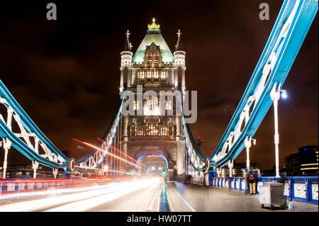 Il Tower Bridge di Londra di notte - REGNO UNITO Foto Stock