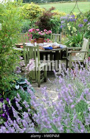 Mobili da esterno nel giardino del cortile.