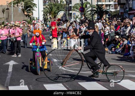 Tenerife, Spagna - Marzo 04, 2017: la gente in costume che celebra il carnevale (Carnaval de Santa Cruz de Tenerife). Foto Stock