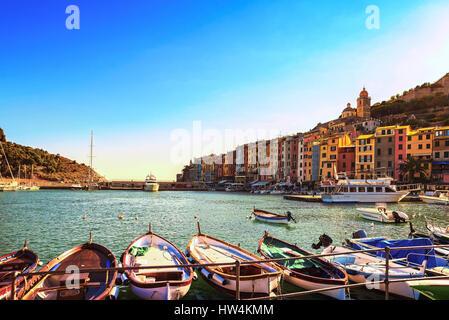 Portovenere antico villaggio sul mare. Barche, chiesa e case. Cinque Terre, Cinque Terre Liguria Italia Europa. Foto Stock