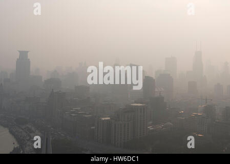 Lo smog oltre i grattacieli, Shanghai, Cina Foto Stock