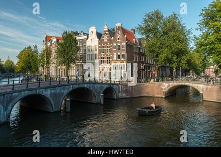 AMSTERDAM, Paesi Bassi - 27 settembre 2016: ponti, bikers e diportisti nel punto di intersezione tra il Keizersgracht e Leidsegracht canali.