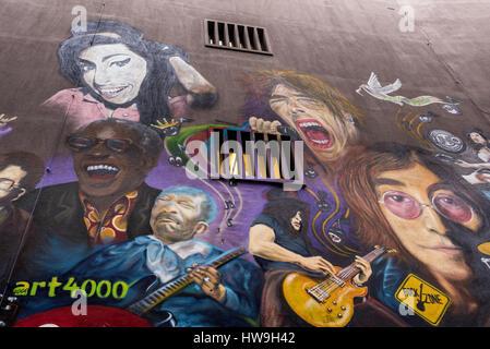 La parete mostra ritratti di stelle del rock come Janis Joplin, Keith Richard, Mick Jagger, Morrison e le porte, Jimy Hendrix, l'Oms, Pearl Jam, Dave G
