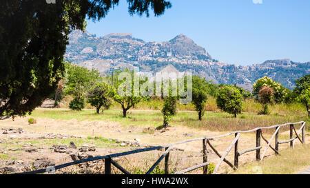 Viaggiare in Italia - Vista delle rovine di Naxos Parco Archeologico di Giardini Naxos town e Taotmina città sulla montagna in Sicilia