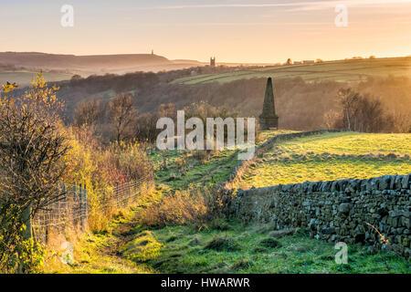 Memoriale di guerra sulle colline sopra il west yorkshire città turistica di hebden bridge nel sud pennines Foto Stock