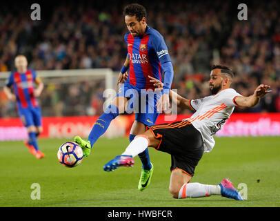Barcellona, Spagna. Xix Mar, 2017. Barcellona è Neymar (L) vies con Valencia's Montoya durante la prima divisione Foto Stock