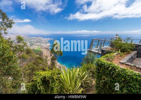 La terrazza panoramica (con pavimento in vetro) nella parte superiore del Cabo Girao cliff, Câmara de Lobos, Madeira, Portogallo.
