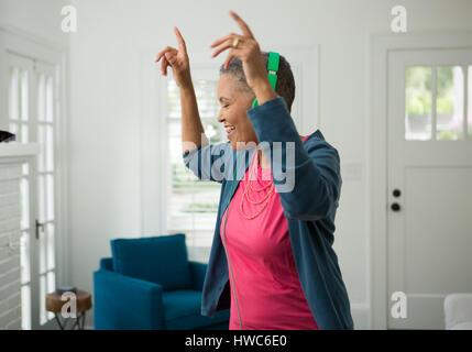 Senior donna ascoltare musica sulle cuffie