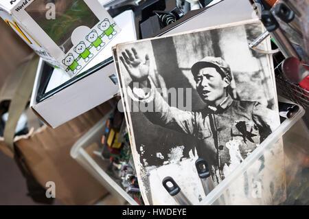 SHAM SHUI PO, HONG KONG - Feb 16, 2014 - vecchia foto del Presidente Mao a Hong Kong il mercato dell'antiquariato Foto Stock