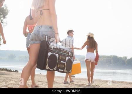 Gruppo di amici gustando beach party Foto Stock