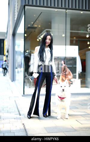 Beijin, Beijin, Cina. 23 Mar, 2017. Pechino, Cina-marzo 23 2017: (solo uso editoriale. Cina OUT) un pulcino ragazza Foto Stock