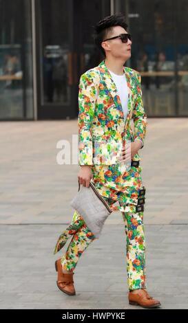 Beijin, Beijin, Cina. 23 Mar, 2017. Pechino, Cina-marzo 23 2017: (solo uso editoriale. Cina OUT) un uomo cammina lungo la strada di Sanlitun, Pechino del fashion hub, marzo 23rd, 2017. Credito: SIPA Asia/ZUMA filo/Alamy Live News