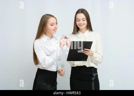 Due modelli di business in piedi con le loro spalle insieme Foto Stock