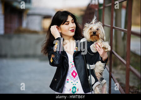 Bruna ragazza gitana con Yorkshire terrier cane poste contro