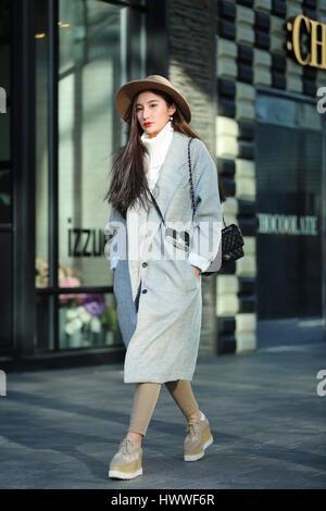 Beijin, Beijin, Cina. 23 Mar, 2017. Un pulcino ragazza cammina lungo la strada di Sanlitun, Pechino del fashion hub, marzo 23rd, 2017. Credito: SIPA Asia/ZUMA filo/Alamy Live News
